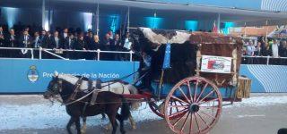 La carreta que partió de Villa Constitución hacia Tucumán, encabezó el desfile oficial por el Bicentenario de la Independencia de la patria. Con orgullo, los gauchos locales cumplieron su sueño luego de cabalgar un mes para participar de la gran fiesta nacional.