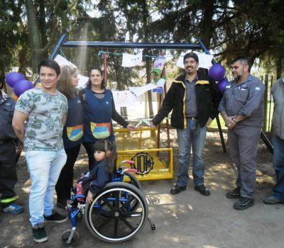 Desde ayer una niña que se moviliza en silla de ruedas cuenta con un juego inclusivo en el Jardín de Infantes Nº 313, ubicado en Sarmiento y San Juan. La instalación fue una donación del sindicato metalúrgico aunque varios actores colaboraron para hacer realidad esta iniciativa.