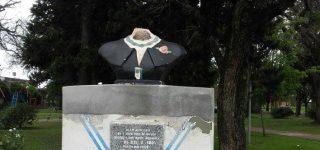 Ayer la escultura apareció decapitada. Para el Justicialismo local el ataque está relacionado con las declaraciones del intendente Jorge Berti criticando la anterior gestión municipal.