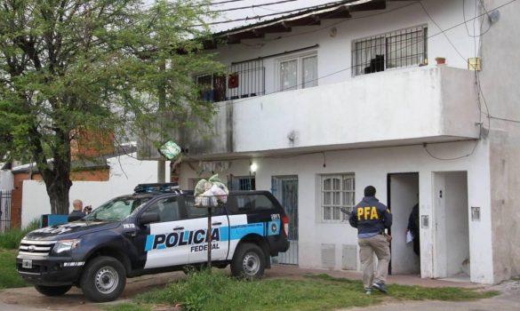 """Jimena Villalba y su esposo Joel Puchetta siguen protagonizando crónicas policiales. Luego de ser acusados de comandar un grupo de piratas del asfalto y asaltantes, ahora fueron imputados de integrar la denominada """"Banda de las Flores"""", dedicada al narcotráfico. Esta red está vinculada a la familia Cantero."""