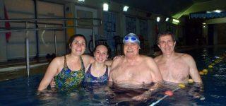 """Uno de los """"tiburones"""" más veteranos del grupo tiene 96 años,sigue nadando y dando ejemplo de vida."""