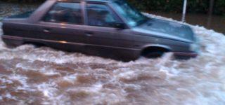 La tormenta desatada desde el domingo por la noche provocó el desborde de los arroyos y canales de toda la región por lo que hay cortes en las rutas 21, 90, 18 y autopista. Barrios de varias localidades quedaron bajo agua.