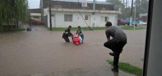 Barrios enteros anegados en Villa Constitución y Empalme es la consecuencia de la intensa lluvia caída en la zona desde esta mañana. Advierten que las condiciones adversas se mantendrán a lo largo del día. Las imágenes difundidas por las redes sociales son estremecedoras.