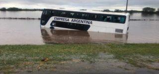 Ni bien iniciado el lunes el agua continuaba bajando con fuerza desde los campos hacia el Paraná. Fue así que dos colectivos, con más de 50 pasajeros entre ambos, fueron arrastrados fuera de la autopista a la altura del arroyo Pavón. Bomberos Voluntarios de Arroyo Seco y Villa Constitución los rescataron sanos y salvos.
