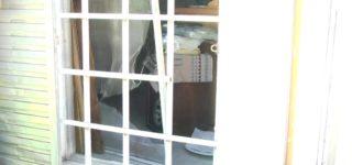 Delincuentes ingresaron en una casa en momentos en que los propietarios estaban trabajando, a una vecina que los vio le dijeron que la dueña de casa los había llamado para realizar un trabajo. La vivienda es una de las que sufrió la inundación de la semana pasada.