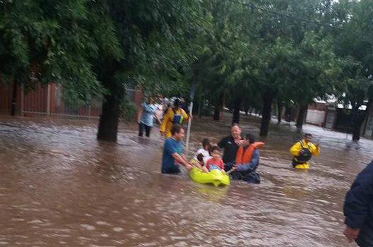 Todo el corredor de localidades ubicadas junto a la ruta 21 padecieron las consecuencias de una lluvia torrencial que superó todos los registros, llegando a una media de 300 mm en un solo día. Esto provocó que una masa de agua bajara de los campos con una fuerza inusitada que inundó barrios enteros y provocó el corte de las rutas.