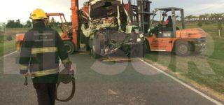 Esta madrugada colisionaron dos camiones que ingresaban a nuestra ciudad, como consecuencia uno de los conductores perdió la vida en el acto.