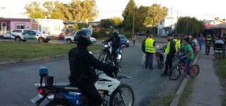 El viernes por la tarde se llevó a cabo un amplio operativo del que participaron Policía, Gendarmería y Municipalidad, en el que se controlaron vehículos y personas. En total se secuestraron 22 motos y en su transcurso un motociclista embistió un puesto de gendarmes lesionando a uno de ellos. Por otra parte desapareció una de las motos incautadas por el Municipio.