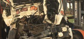 En la madrugada del martes un camión con semirremolque cargado con chatarra colisionó contra la parte trasera de un acoplado cerealero que traccionaba otro camión. La colisión ocurrió a la altura del loteo Villa Don Carlos y como consecuencia el conductor falleció quedando atrapado su cuerpo entre los restos de la cabina. Es la segunda tragedia del año en el mismo lugar.