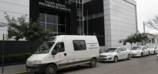 Siete efectivos que en marzo de 2015 revistaban en Comando Radioeléctrico, incluido su jefe de ese momento, serán juzgados a partir del lunes por una serie de delitos que habrían cometido en perjuicio de civiles que sufrieron lesiones y vejaciones.