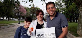 """La lista que lidera el joven socialista propuso una """"siembra colectiva"""". Se repartieron 200 plantines de jacarandá."""