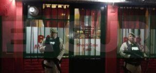 Personal de Prefectura Naval allanó la noche del jueves un bar de Av. San Martín al 2400 por orden de un Juzgado Federal de Rosario. Encontraron 260 dosis de cocaína y 10 computadoras para juego clandestino además de una pistola y dinero en efectivo.