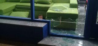 Ayer por la madrugada delincuentes realizaron un robo similar al del pasado domingo 8. Rompieron uno de los cristales de la vidriera de calle Moreno, ingresaron al local y se llevaron teléfonos celulares, tablets y bicicletas.