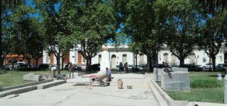 Apuran la colocación de veredas en la plaza para que el tramo paralelo a San Martín esté listo antes del 14 de febrero fecha en la que llevarán a cabo los festejos por el aniversario de la fundación de la ciudad. Luego restan resolver la reconstrucción de la fuente y la recuperación del histórico escenario.