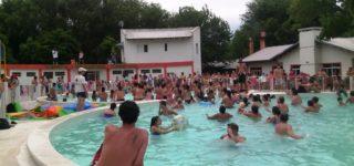 """Un certamen regional de vóley playero y la celebración del carnaval son dos actividades que se desarrollarán en forma simultánea en el camping """"Edelmira Ballesteros"""" del Centro de Empleados de Comercio."""