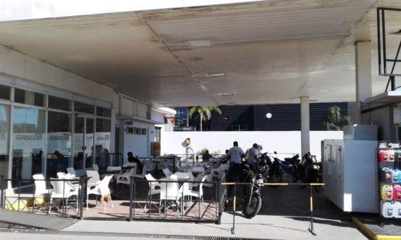 En la madrugada del miércoles cuatro delincuentes armados sustrajeron 4 motos de los clientes que se encontraban en el exterior del shop de la estación de servicios Axion. Luego ingresaron al local comercial y se llevaron la recaudación, estimada en unos 18 mil pesos.