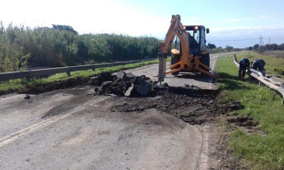 Con una semana de atraso por diferencias técnicas entre la Provincia y la UTE que construirá el nuevo puente se iniciaron los trabajos de demolición del pavimento afectado por la inundación. En los próximos días se comenzará con los pilotes.