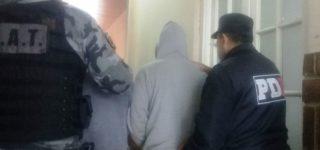 Unos 70 efectivos policiales y de Gendarmería realizaron allanamientos simultáneos en Las Chapitas, Raviolo y Congreve con el objetivo de dar con un grupo de delincuentes que en las últimas semanas cometieron al menos media docena de asaltos a mano armada. Fueron detenidas tres personas y se logró el secuestro de una pistola.