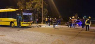 Como consecuencia perdió la vida el automovilista mientras que el chofer del colectivo resultó ileso. Un tercer vehículo impactó contra la parte posterior del micro y el conductor sufrió lesiones leves.