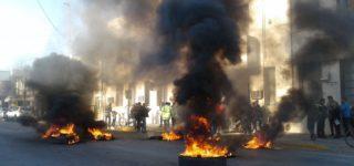 Con quema de gomas y corte de calles un grupo de carreros, nucleados en el Movimiento de Trabajadores Excluidos (MET) reclamaron que se los reconozca como un servicio público.