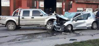 Dos vehículos colisionaron de frente ayer por la mañana cuando circulaban por Av. San Martín, a la altura de barrio Luzuriaga. Pese a los daños que sufrieron ambos vehículos los conductores resultaron ilesos y el tránsito no se vio interrumpido.