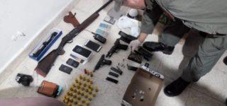 Luego de efectuar tareas de investigación, personal de Gendarmería Nacional decomisó marihuana, cocaína, elementos de corte, armas de fuego, rodados y celulares. El operativo incluyó allanamientos en 14 inmuebles en Rosario, Villa Gobernador Gálvez y Arroyo Seco. Hay seis personas detenidas.