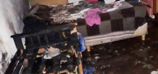 Un desperfecto en un caloventor llevó a que tomara fuego una cama y que un denso humo se propagara por el interior de una vivienda situada en Tabares y Roldán. La propietaria sufrió un desvanecimiento por inhalación de monóxido de carbono. La colaboración de los vecinos fue esencial para sofocar rápidamente el siniestro.