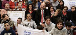 Por iniciativa de Omar Perotti, la Cámara Alta reconoció con su máximo galardón al proyecto de integración social a partir de la natación que está integrado por 210 personas con discapacidad y otras 200 sin discapacidad.