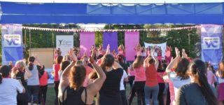 ALCEC, el Consejo Municipal de la Mujer y Espacio Fitness organizaron la actividad. Más de un centenar de mujeres participaron de las clases magistrales de zumba durante la tarde del domingo en el predio Dos Rutas.