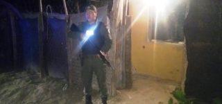 Durante un operativo de alta visibilidad una patrulla de gendarmes divisó en barrio Santa Teresita a dos personas que aparentemente realizaban una transacción de estupefacientes. Al ver a los uniformados los sospechosos huyeron y uno de ellos refugio en un bunker de drogas desde el cual comenzó a disparar con una pistola 9 mm. Finalmente se rindió y fue apresado. En lugar secuestraron armas, cocaína, marihuana y dinero en efectivo.