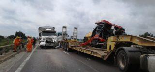 Un camión que transportaba escoria se encontró con un control caminero en el puente de autopista sobre arroyo Del Medio y frenó en seco. Un segundo camión de la misma empresa y similar carga que lo seguía logró frenar sin impactarlo, pero un tercer transporte, tipo carretón que trasladaba maquina vial no puedo evitar la colisión.