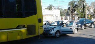 Un colectivo del transporte interurbano, un Renault Clío y Fiat Duna protagonizaron un siniestro vial cuando el primero se detuvo en un semáforo y fue impactado por el auto que circulaba detrás, este a su vez fue colisionado por el tercer vehículo.