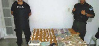 Dos sujetos detenidos, el secuestro de dos armas de fuego, 12 armas blancas y de casi 100 dosis de cocaína y una de marihuana fue el resultado de un operativo efectuado la noche del viernes por personal de Gendarmería Nacional que actuó con el apoyo de la Policía de Seguridad Aeroportuaria (PSA).