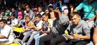 """La filial villense de Rosario Central """"Aldo Pedro Poy"""", viajó el domingo con un contingente de casi 100 personas de barrio 9 de Julio y Empalme para que los chicos disfruten de una jornada en el Gigante de Arroyito. Se entretuvieron con actividades y vieron el partido Rosario Central vs. Independiente."""