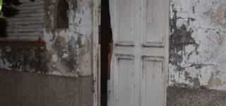 Vecinos alertaron sobre ruidos extraños en una casa desocupada en French al 700, y en forma inmediata llegaron móviles de Comando Radioeléctrico al lugar. En el interior de la casa se encontraban dos hombres, dos mujeres y tres niños, los que fueron desalojados sin que opusieran resistencia.