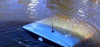 Una mujer realizó una maniobra equivocada y cayó con su auto a la dársena de la Unidad III del puerto de nuestra ciudad. Fue rescatada ilesa y poco después le dieron el alta. El vehículo quedó en el río.