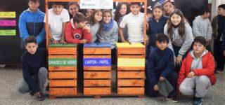 """La escuela Nº 6216 """"Combate de la Vuelta de Obligado"""" recibió un contenedor para separar los residuos, construido con maderas recicladas de la planta de Acindar. Fue en el marco del Día Internacional del Medio Ambiente."""