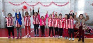 El pasado fin de semana se realizó un encuentro de minivóley en Riberas, donde participaron equipos de toda la zona. Se jugaron partidos durante toda la mañana y la jornada culminó con la entrega de diplomas.