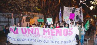 """La movilización contra los femicidios y violencia de género """"Ni una menos"""" tuvo su quinta edición en Villa Constitución. Antes de la marcha el grupo de teatro """"El Embrujo"""" presentó una puesta en escena alusiva al tema."""