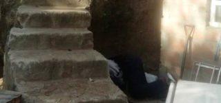 El domingo por la mañana una adolescente de 16 años encontró sin vida a su padre de 60. Estaba al pie de una escalera con un fuerte golpe en la cabeza. Se estima que cayó de la escalinata.