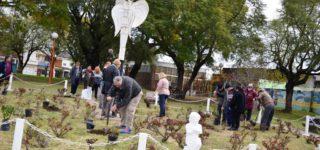 Los padres del Rosedal por la Vida invitan a toda la comunidad a participar de la tradicional ceremonia de reemplazar los rosales marchitos al conmemorarse un nuevo aniversario de la inauguración de este espacio dedicado a la memoria de las víctimas de incidentes viales. Será el miércoles 21 de agosto.