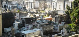 Días atrás familiares de un hombre fallecido en abril de 2017 fueron a visitar su tumba y se encontraron que en su lugar había depositado el cuerpo de una mujer. Por un error habrían reducido varios años antes de lo estipulado el cadáver del difunto.