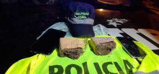 Una patrulla policial rosarina interceptó a dos jóvenes de nuestra ciudad que se movilizaban en una moto y que transportaban dentro de una mochila dos paquetes de marihuana. Ambos tienen antecedentes por distintos delitos.