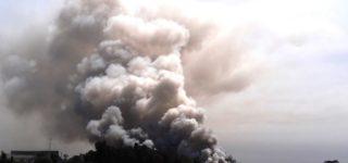 El viernes al mediodía comenzó a arder el depósito de chatarra que se utiliza para la elaboración de acero. Las llamas se extendieron rápidamente y personal de unos 30 cuarteles de bomberos trabajaron hasta el domingo por la mañana para sofocar el fuego. La nube de humo se observaba a varios kilómetros de distancia.