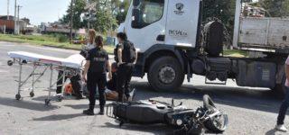 El conductor de una moto sufrió varias lesiones cuando colisionó contra un camión con semirremolque. Ocurrió ayer por la mañana a la altura de barrio Galotto.