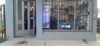 Un local de venta de artículos informáticos y otro de motos fueron atacados por una mujer que destrozó los vidrios de ambos y como consecuencia resultó con heridas en sus brazos. No hubo robo y los comerciantes, quienes la conocen, desestimaron realizar denuncias penales. El miércoles por la tarde fue internada tras una intervención del Municipio.