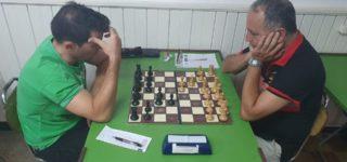 Daniel Astellano venció a Horacio Lavié y lo alcanzó en la punta del Torneo Asociación, a una fecha del final. Esta semana se juega la definición de este gran primer campeonato del año en el ajedrez local.