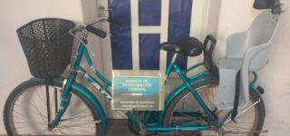 Personal de la Agencia de Investigación Criminal detuvo a una mujer que se llevó una bicicleta aprovechando que su propietaria ingresó a un comercio y la dejó sin medidas de seguridad.