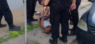 En la tarde del martes un delincuente intentó asaltar a un camionero en 14 de Febrero e Independencia, frente a numerosos testigos. Ante la reacción de los vecinos huyó del lugar pero fue atrapado por la Policía a dos cuadras del lugar. Es el mismo que el mes pasado asaltó una heladería de Empalme.