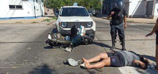 Dos mujeres que se movilizaban en una moto resultaron lesionadas cuando impactaron con un automóvil.
